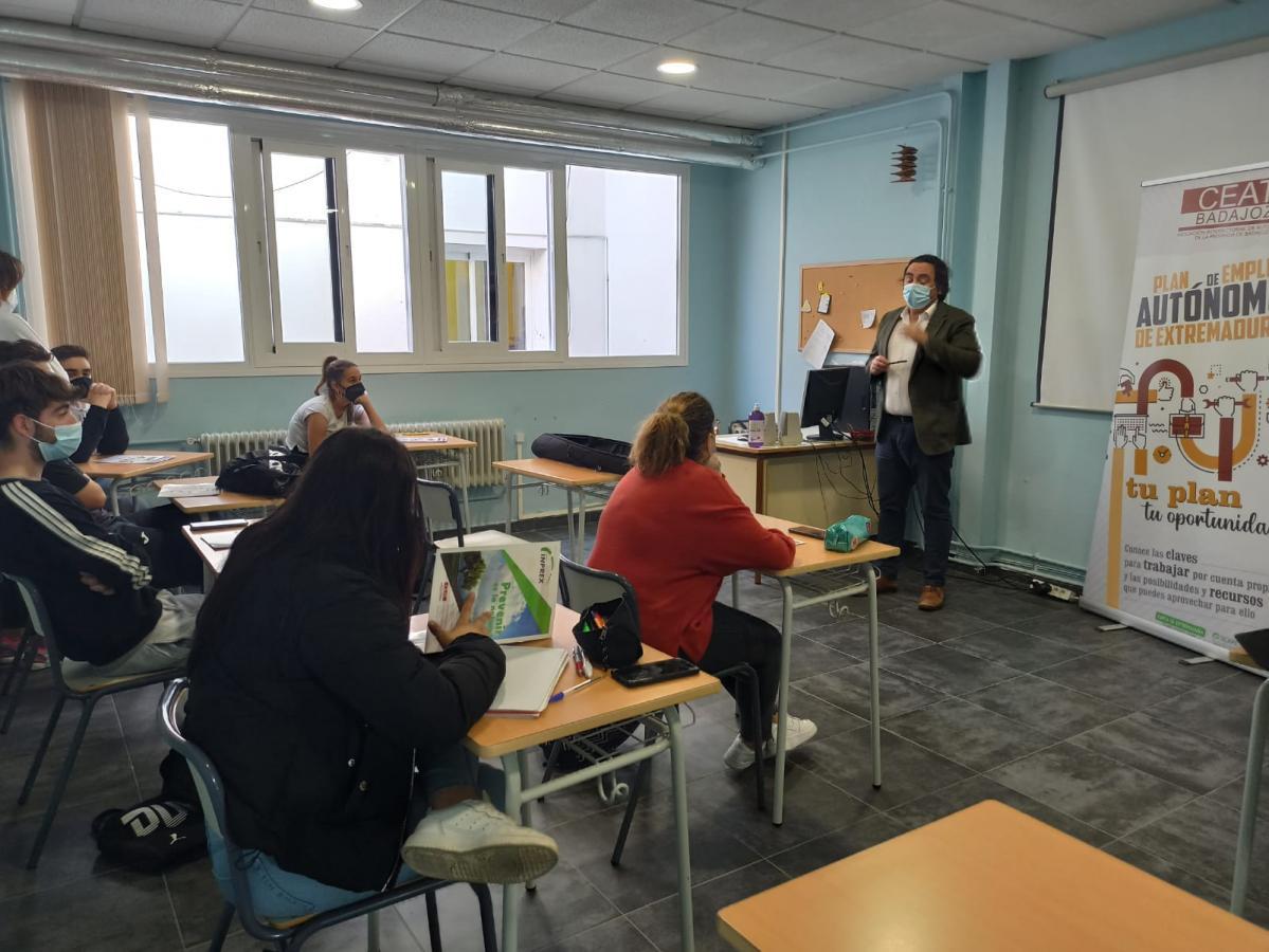 Alumnos del Santiago Apóstol participan en un taller de promoción del autoempleo