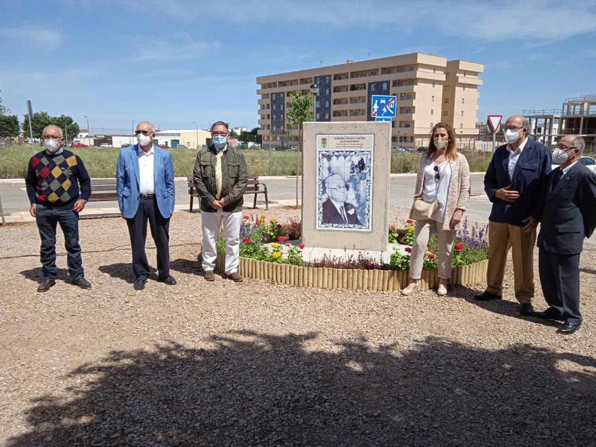 El ayuntamiento inaugura el monolito en homenaje a Ángel Cascón