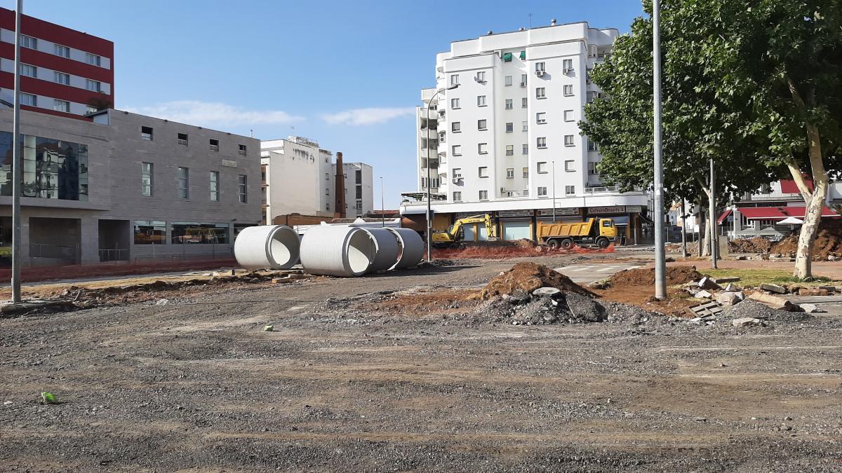 Comienzan a colocar la tubería de canalizaciones en la plaza de Extremadura