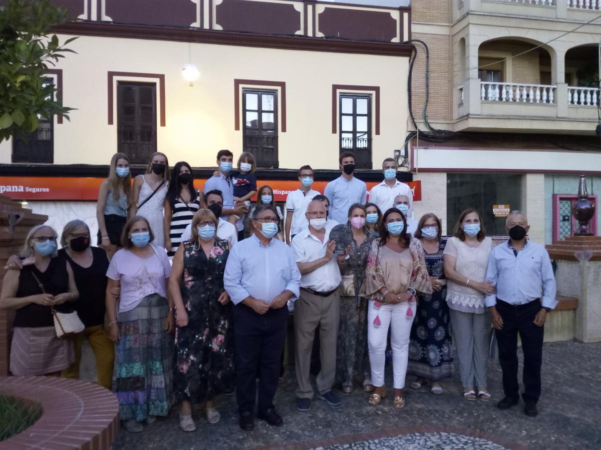 La familia de José González recibió el homenaje en su nombre dentro de la Semana del Comercio