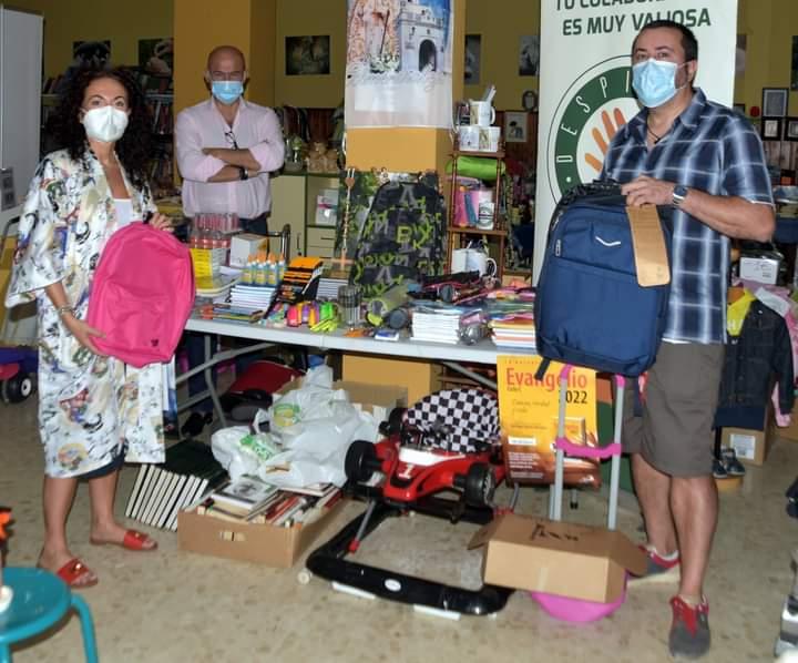 Vox entrega el material escolar de su campaña a Despierta Almendralejo