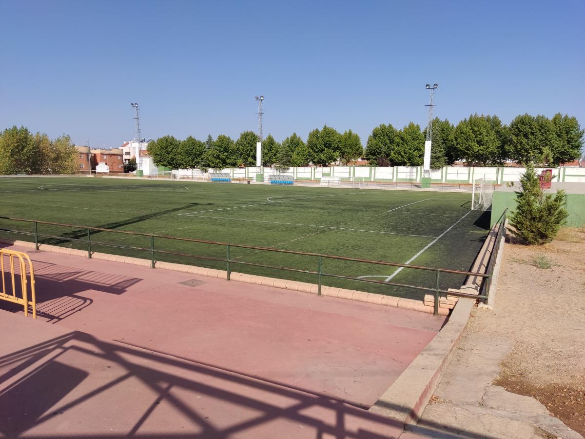 La sustitución del césped del campo ubicado junto a la piscina será en noviembre